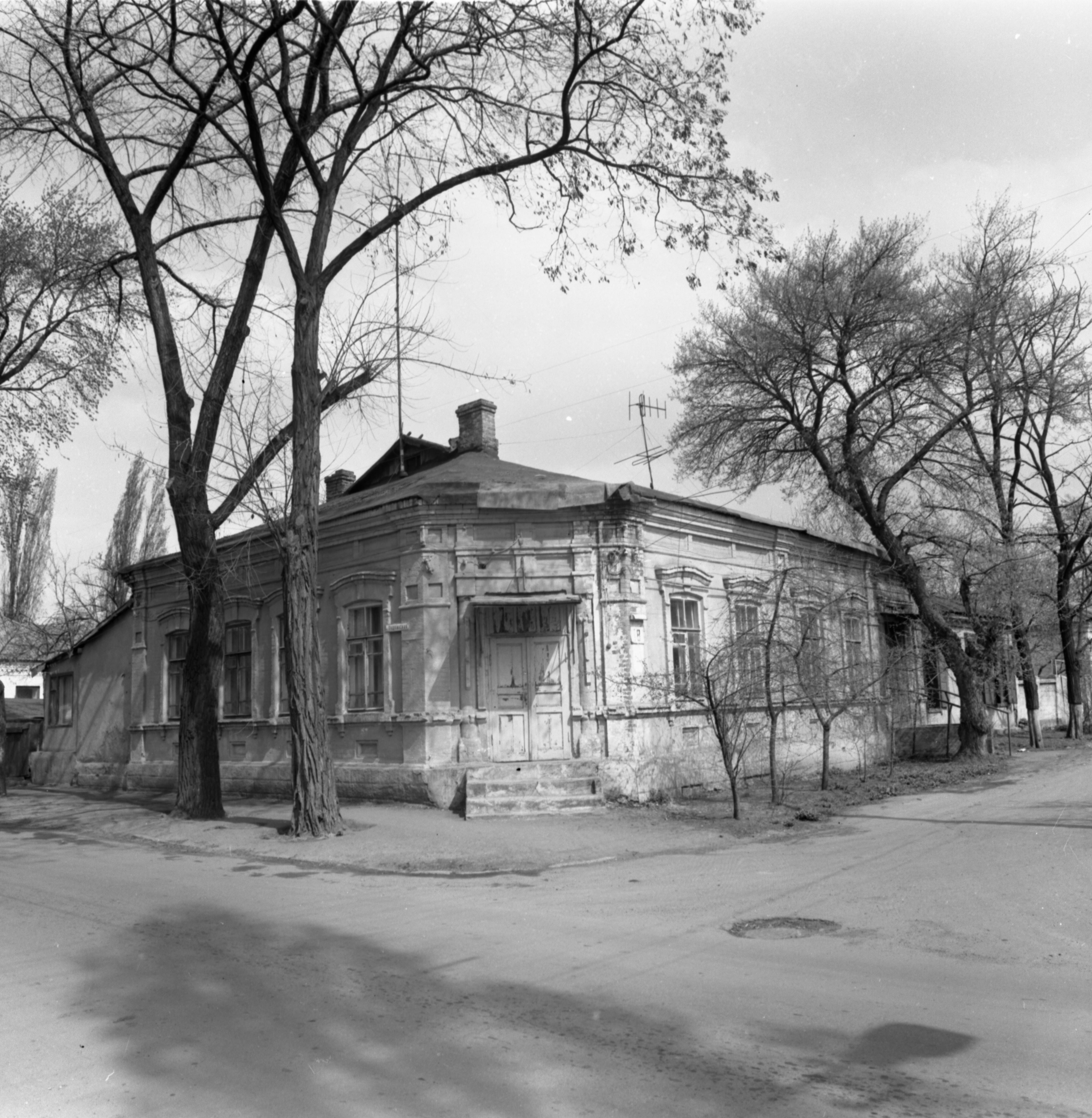 Колишні Нові плани. Будинок, збудований домовласником В. Манько у 1912 р., на розі Перекопської і Пушкінської. 1978 р.